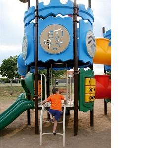 MODUS Mega Spielturm mit Tunnelrutsche im Einsatz
